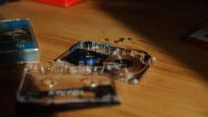 Taśma magnetofonowa wewnątrz kompaktowej kasety magnetofonowej