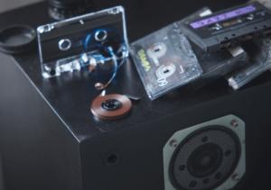 Celulozowa taśma wewnątrz kasety magnetofonowej