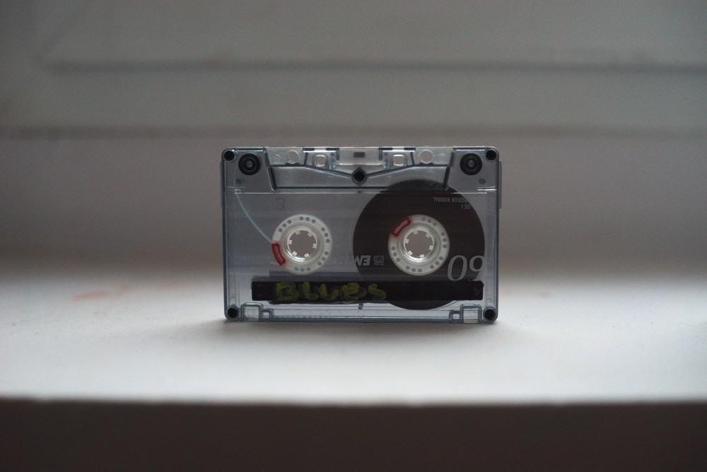 kaseta magnetofonowa z widoczną taśmą